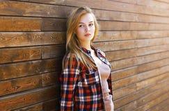 Sinnliches recht blondes Mädchen des Lebensstilporträts draußen Lizenzfreies Stockfoto