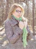 Sinnliches schönes junge Frauen-Porträt im Freien stockfotos