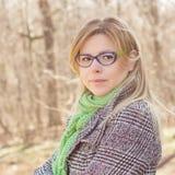 Sinnliches schönes junge Frauen-Porträt im Freien lizenzfreie stockfotografie