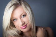 Sinnliches Schauen blond mit den grünen Augen, smling Stockfotografie