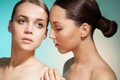 Sinnliches Schönheitsporträt von zwei Frauen Stockfotos