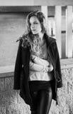 Sinnliches Schwarzweiss-Porträt des jungen modernen Mädchenmodells mit dem langen gelockten Haar Stockfoto
