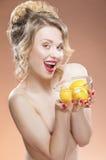 Sinnliches und nacktes kaukasisches blondes Mädchen mit Früchten Lizenzfreie Stockfotografie