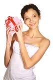 Sinnlichkeit schöner Brunette mit Geschenk Stockbilder