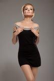 Sinnlichkeitfrau im schwarzen Kleid Lizenzfreie Stockfotografie