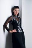 Sinnlichkeitfrau im schwarzen Kleid Stockbild