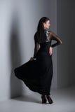 Sinnlichkeitfrau im schwarzen Kleid Lizenzfreies Stockfoto