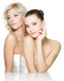 Sinnlichkeitgesichter von zwei schönen jungen Frauen Lizenzfreie Stockfotos