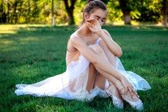 Sinnlig ballerina i natur arkivfoton