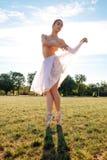 Sinnlig ballerina i natur arkivbild