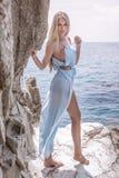 Sinnlig blond dam som poserar på den soliga dagen Fotografering för Bildbyråer