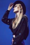Sinnlig blond kvinna i bästa och svart hatt för svart Royaltyfri Bild