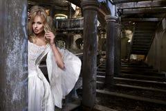 Sinnlig blond kvinna i den vita klänningen Royaltyfri Foto