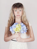 Sinnlig blond kvinna med blommor Arkivbilder