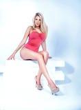 Sinnlig blond kvinna med den slanka kroppen Royaltyfri Bild