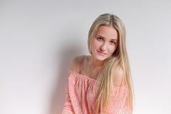 Sinnlig blond kvinna med skinande lockigt silkeslent hår i eleganta dres Royaltyfria Bilder