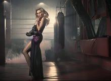 Sinnlig blond kvinna som poserar i idrottshallen Arkivbild