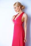 Sinnlig blond kvinna som poserar i rosa färgklänning Royaltyfri Foto