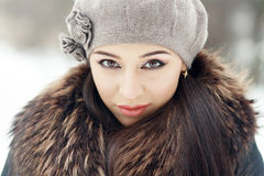 Sinnlig brunett i kall vinter Royaltyfria Bilder