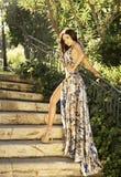 Sinnlig brunettskönhet som poserar i ursnygg klänning. Royaltyfri Bild