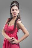 Sinnlig Caucasian kvinnlig i bärande tiara för aftonrosa färgklänning Ag Royaltyfri Foto