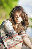 Sinnlig drömma brunettkvinna mot naturbakgrund Outdoo Arkivbilder