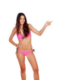 Sinnlig flicka med den rosa bikinin som indikerar något Royaltyfria Bilder