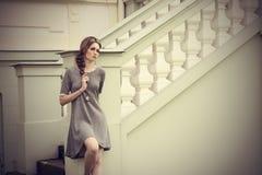Sinnlig flicka med elegant stil för mode royaltyfria foton