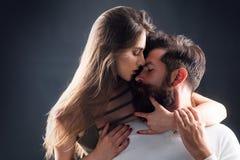 Sinnlig flicka som stönar med lust som smeker pojkvännen under förspel eller gör förälskelse Sinnliga par som tycker om intimitet royaltyfri foto