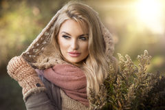 Sinnlig härlig blond kvinna arkivfoto