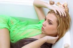 Sinnlig härlig ung kvinna i det avslappnande tagande badet för genomskinlig klänning, ståendecloseup Arkivfoto