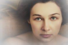 sinnlig kvinna för härliga uttrycksfulla ögon royaltyfria foton