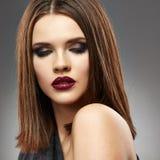 sinnlig kvinna för stående Vända mot hår straight _ Arkivbilder