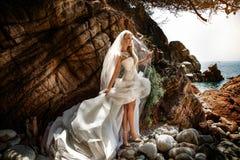 Sinnlig kvinna, i att posera för bröllopsklänning som är utomhus- Royaltyfria Bilder