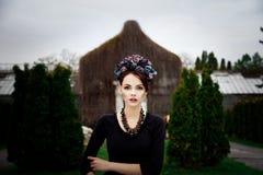 Sinnlig kvinna i blom- krans Royaltyfri Fotografi