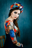 Sinnlig kvinna i blom- krans Stående av den härliga unga kvinnan med iklädda röda kanter en ljus blus Royaltyfria Foton