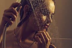 Sinnlig kvinna i dusch royaltyfri foto