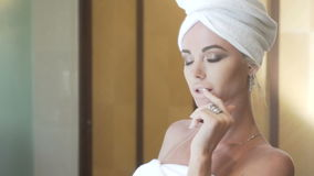 Sinnlig kvinna i hennes badrum lager videofilmer