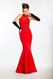 Sinnlig kvinna i modern klänning för mode royaltyfri fotografi