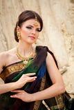 Sinnlig kvinna i traditionell indisk klänning Royaltyfri Fotografi