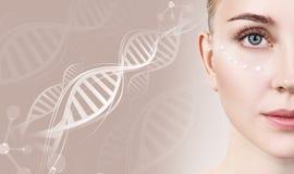 Sinnlig kvinna med krämprickar på framsida i DNAkedjor arkivfoton