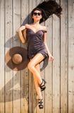 Sinnlig kvinna på trädäck Arkivfoton