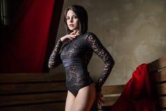 Sinnlig kvinna som bär sexig svart damunderkläder Arkivfoton