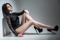Sinnlig kvinna som bär sexig svart damunderkläder Royaltyfri Fotografi