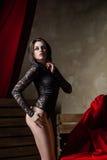 Sinnlig kvinna som bär sexig svart damunderkläder Arkivbild