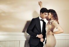 Sinnlig kvinna som frestar hennes pojkvän Fotografering för Bildbyråer