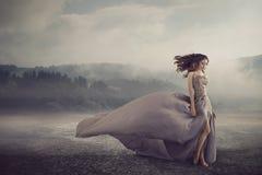 Sinnlig kvinna som går på fantasijordningen Royaltyfri Foto