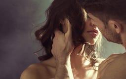 Sinnlig kvinna som kysser hennes make Arkivbild