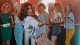 Sinnlig kvinnadans för stående i nattklubb l?ngt brunetth?r stock video