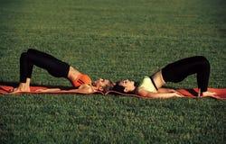 Sinnlig kvinnakropp Sportkvinnor gör yogaövningar som utbildar Arkivfoto